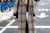 Bloggerin trägt Oversize-Mantel mit Karomuster