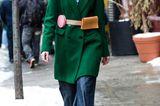 Total trendy: Gürteltaschen über dem Mantel gestylt