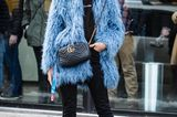 Bloggerin trägt blauen Mantel