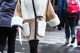 Bloggerin trägt Lammfelljacke