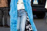 Bloggerin trägt blauen Flauschemantel