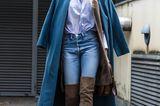 Bloggerin trägt Mantel in Petrol und Overknees