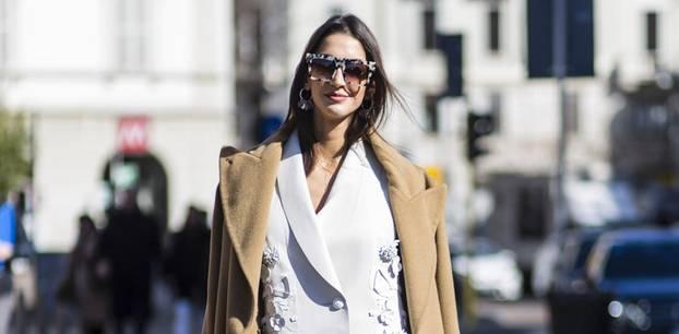 Bloggerin trägt beigen Mantel