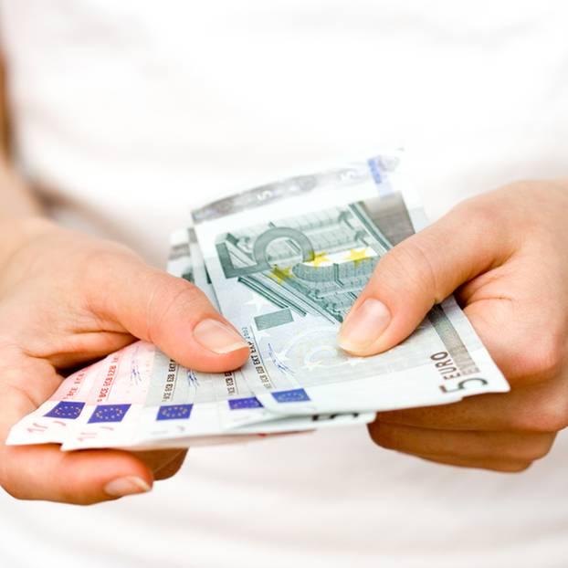 Der Fünf-Euro-Trick, mit dem du hunderte Euro sparen kannst: Frau zählt Fünf-Euro-Scheine