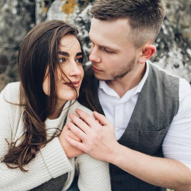 Trennungs-Monat: Paar kuschelt