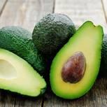 Dieser eine Trick erspart dir jegliche Verletzung beim Avocado schneiden