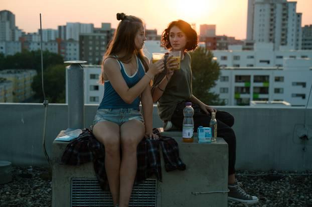 """Über den Dächern von Berlin: Nini (Flora Li Thiemann) und Jameelah (Emily Kusche) trinken ihren Spezialcocktail """"Tigermilch"""""""