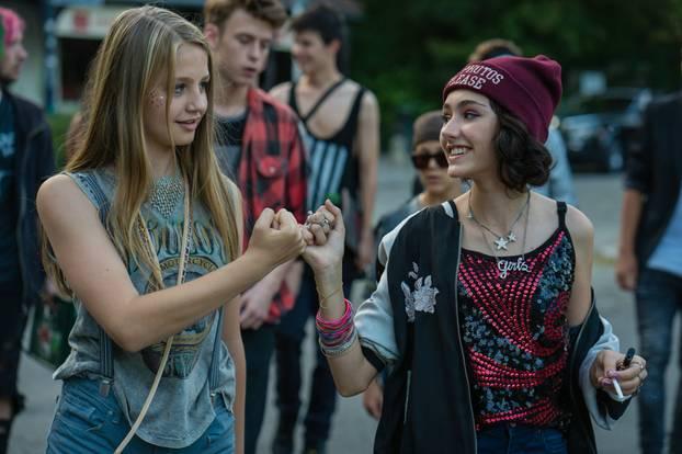 """""""Hand aufs Herz und in die Ritze"""" - der Freundschaftsschwur der zwei 14-Jährigen."""