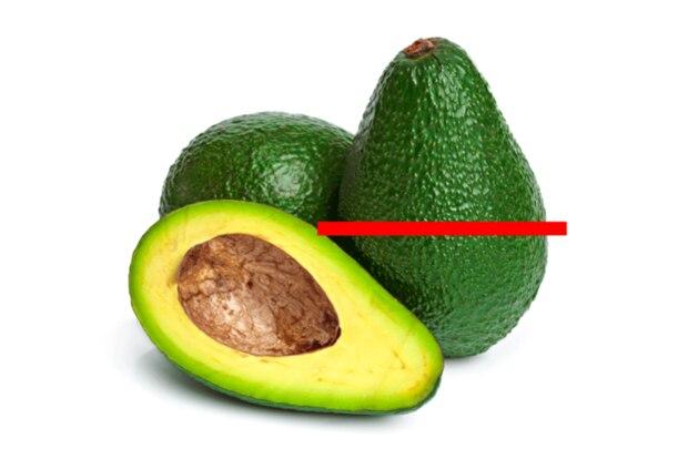 So wie auf diesem Bild die rote Linie andeutet, sollen Avocados besser aufgeschnitten werden.