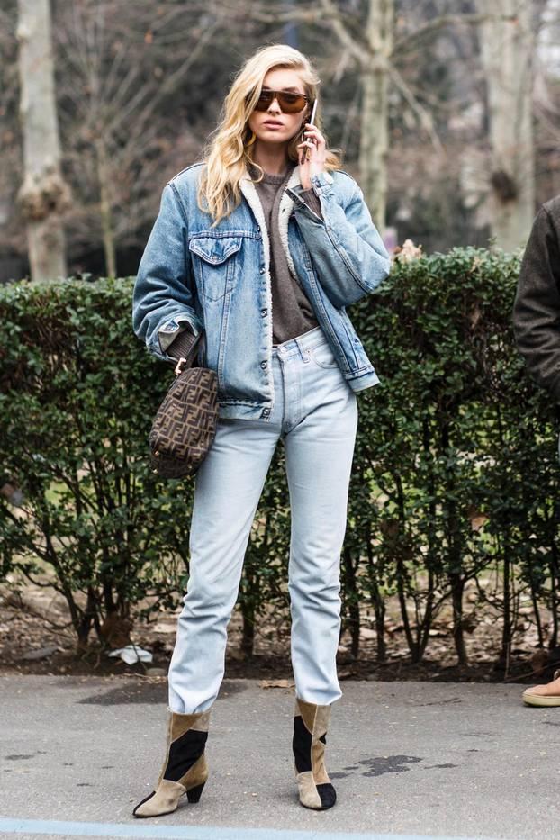 Model Elsa Hosk mit neuem Schuhtrend für Herbst 2017