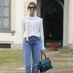 Bloggerin trägt eine Mom-Jeans