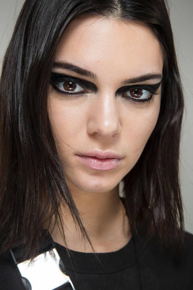 Kendall Jenner trägt breiten Eyeliner bei Versace