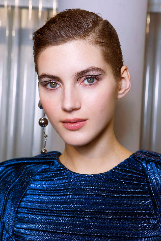 Model trägt geometrischen Eyeliner bei den Schauen von Mugler