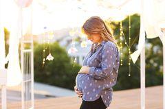 Schwangere Frau in Schwangerschaftsmode
