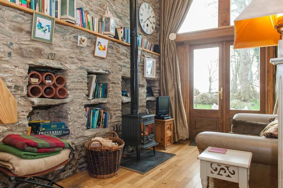 Drinnen gibt's alles, was man braucht - von der voll ausgestatteten offenen Küche über Bücher bis hin zum knackenden Kamin.