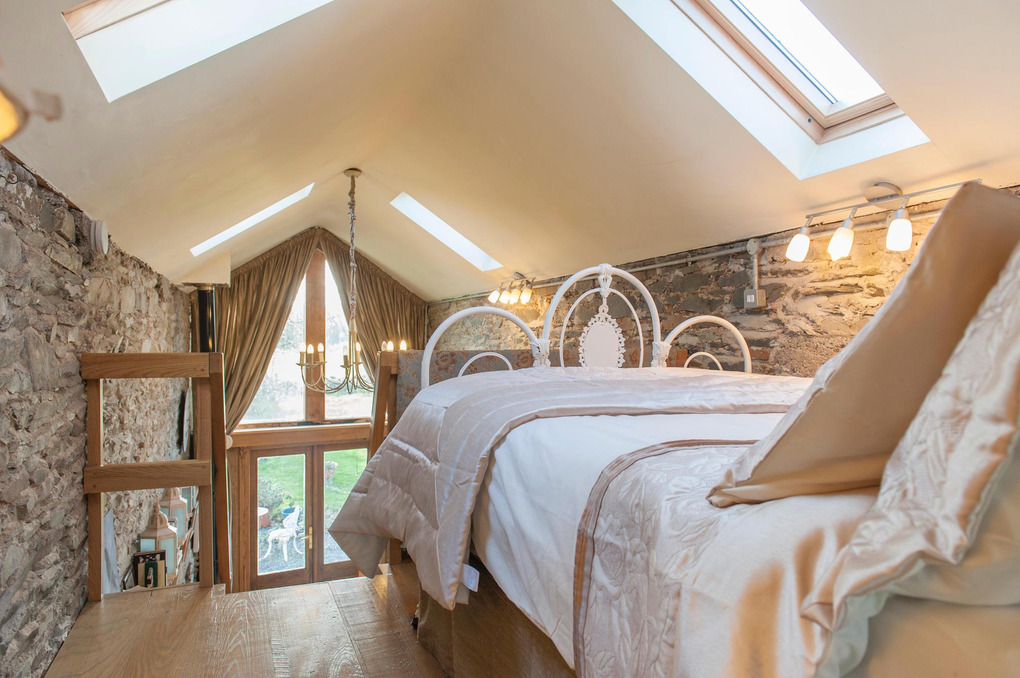 Über eine kleine Treppe geht es auf die Empore mit romantischem Doppelbett. Ab 85 Euro/Nacht unter www.airbnb.de/rooms/5300721