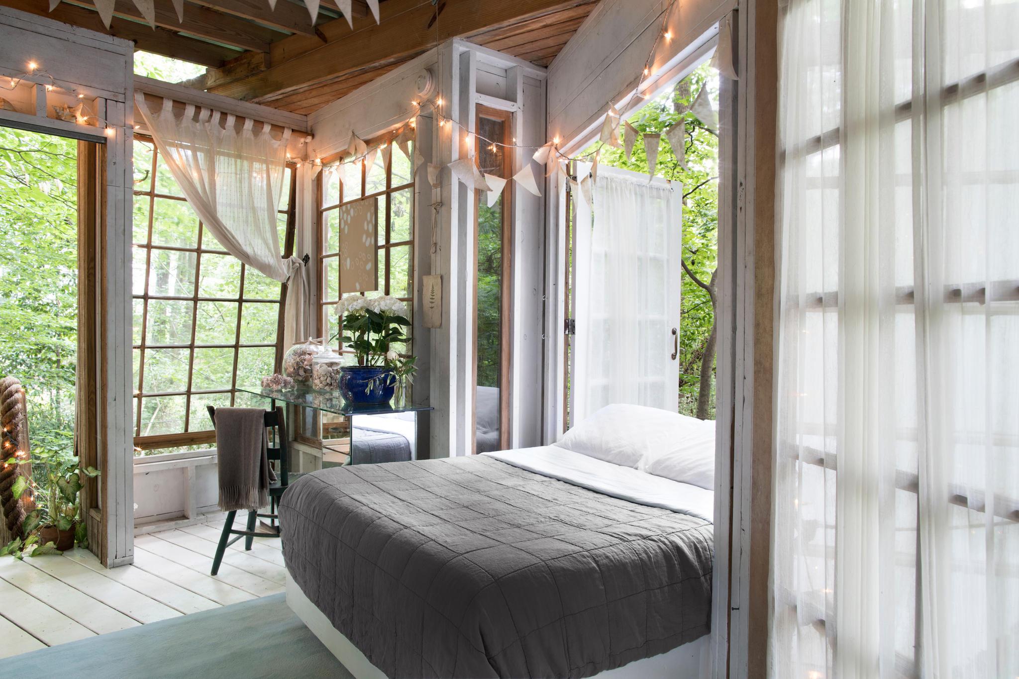 Das Größte: Das Bett lässt sich aus dem Schlafzimmer auf den Balkon rollen, dass man unter freiem Himmel schlafen kann. Leider ist das Haus sehr teuer: Ab 328 Euro/Nacht unter www.airbnb.de/rooms/1415908