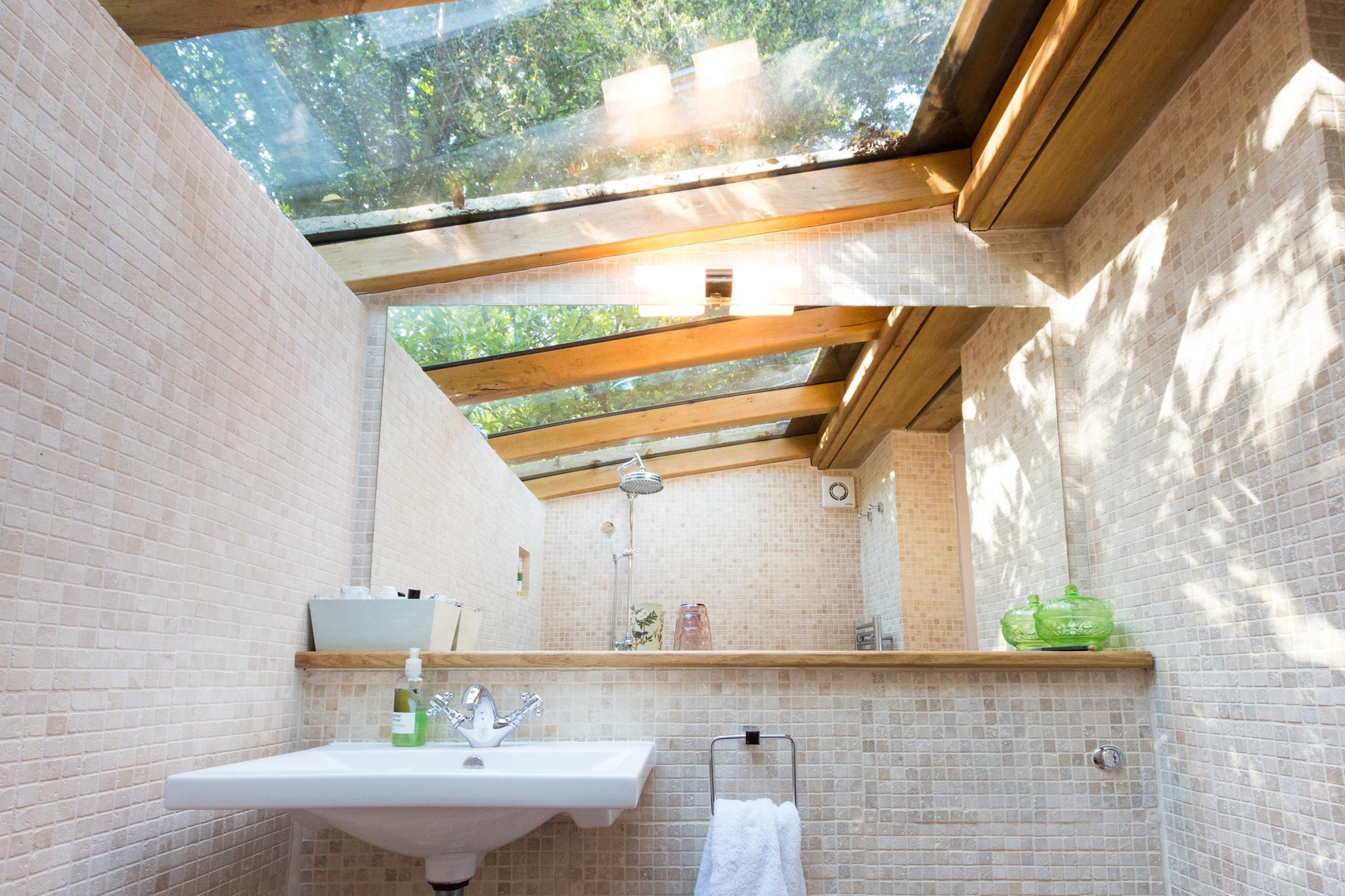 Das i-Tüpfelchen ist das Bad mit gläserner Decke. Ab 87 Euro/Nacht unter www.airbnb.de/rooms/6168679