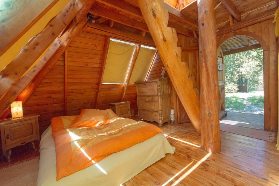 Drinnen dominieren helles Holz und warme Farben - und dank der vielen Fenster scheint auch die Sonne hinein. Ab 47 Euro/Nacht unter www.airbnb.de/rooms/65145