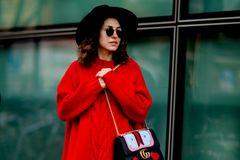 Bloggerin trägt Oversize-Pulli in Rot