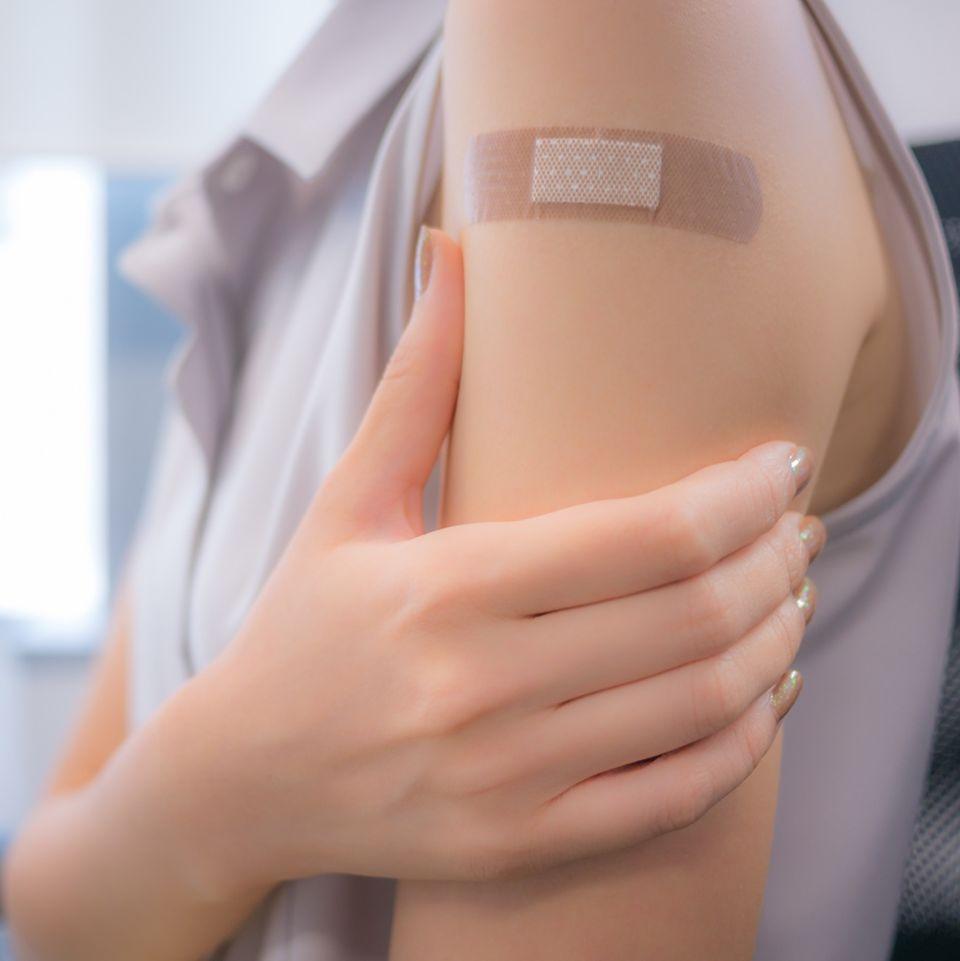 Hormonersatztherapie: Frau mit Hormonpflaster