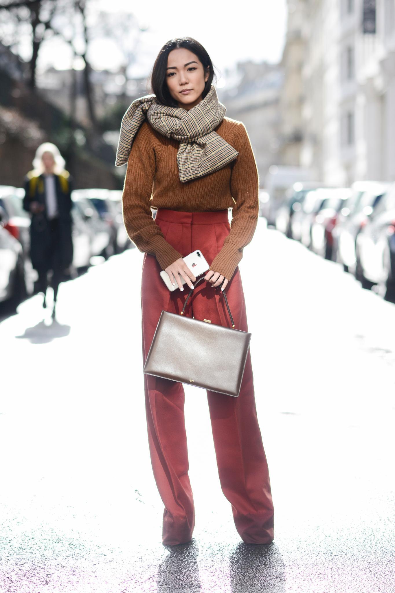 Bloggerin trägt Marlenehose und karierten Schal