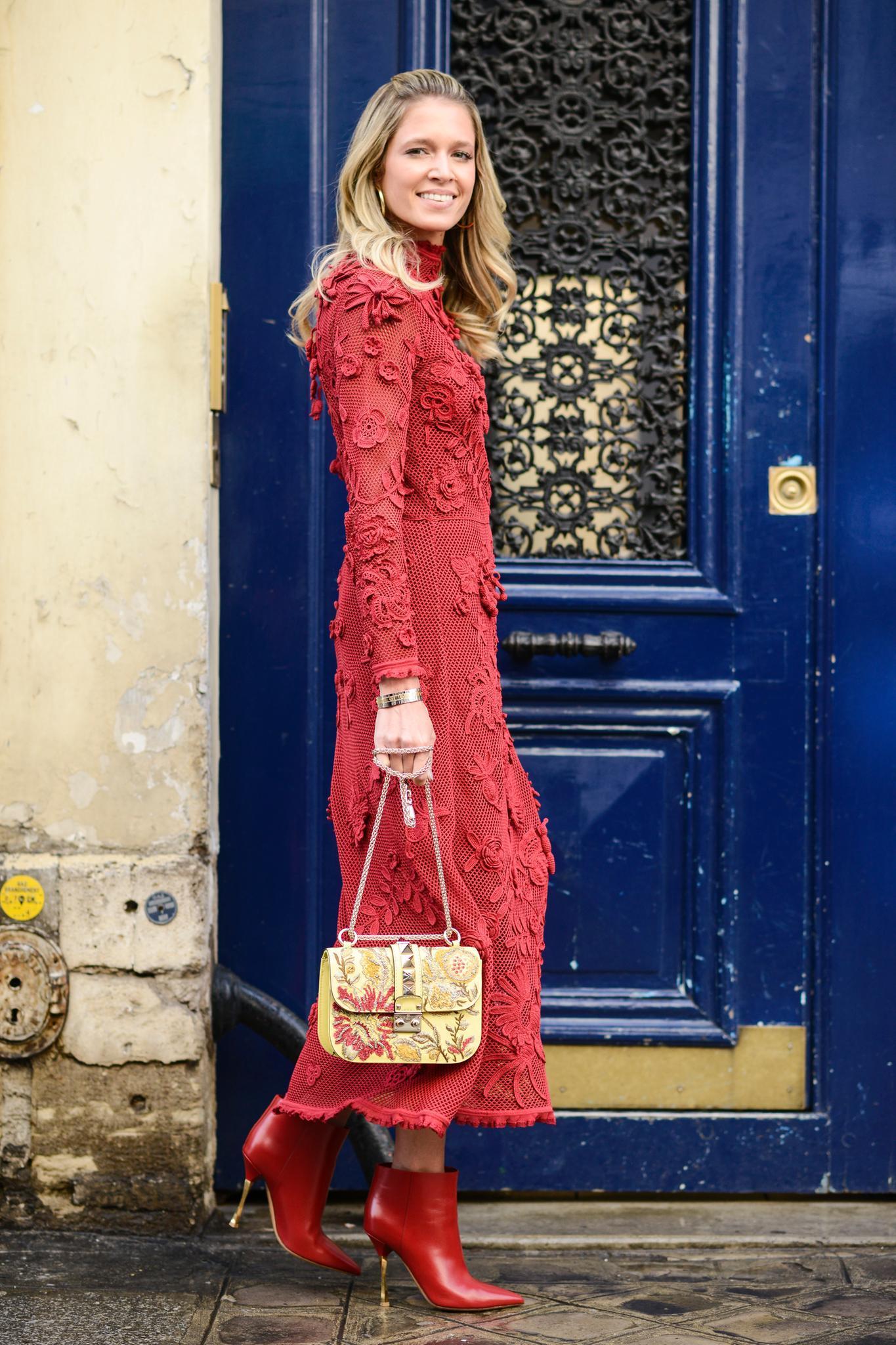Helena Bordon in einem roten Midikleid und roten Stiefeletten