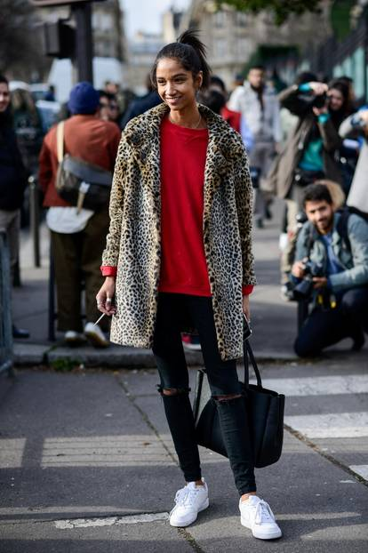 Bloggerin trägt Leo-Mantel zu rotem Pulli und schwarzer Hose