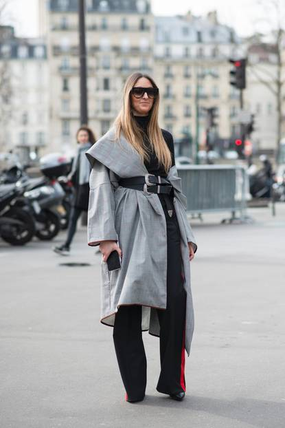 Bloggerin trägt Oversize-Mantel