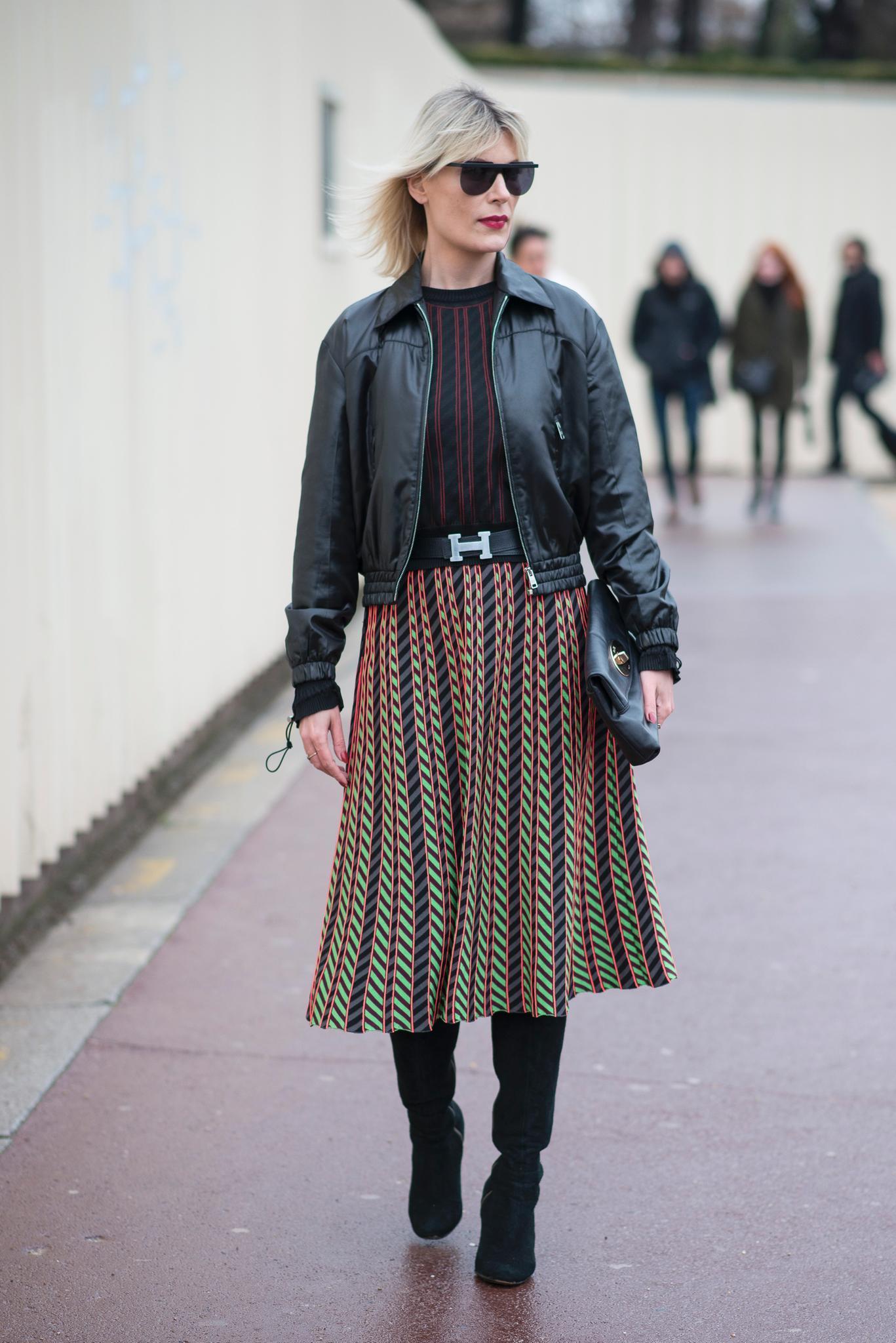 Bloggerin trägt Midirock und Lederjacke