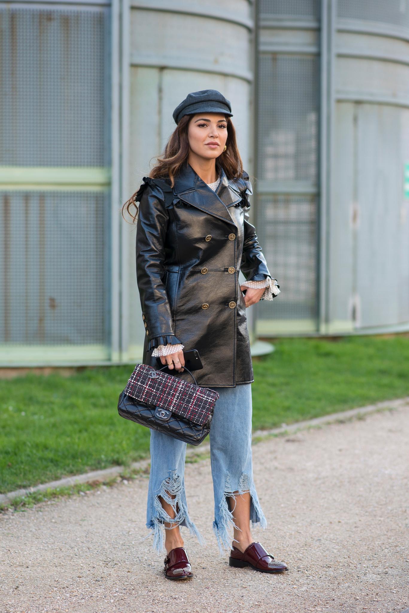 Bloggerin trägt Schiebermütze zu einem Ledermantel