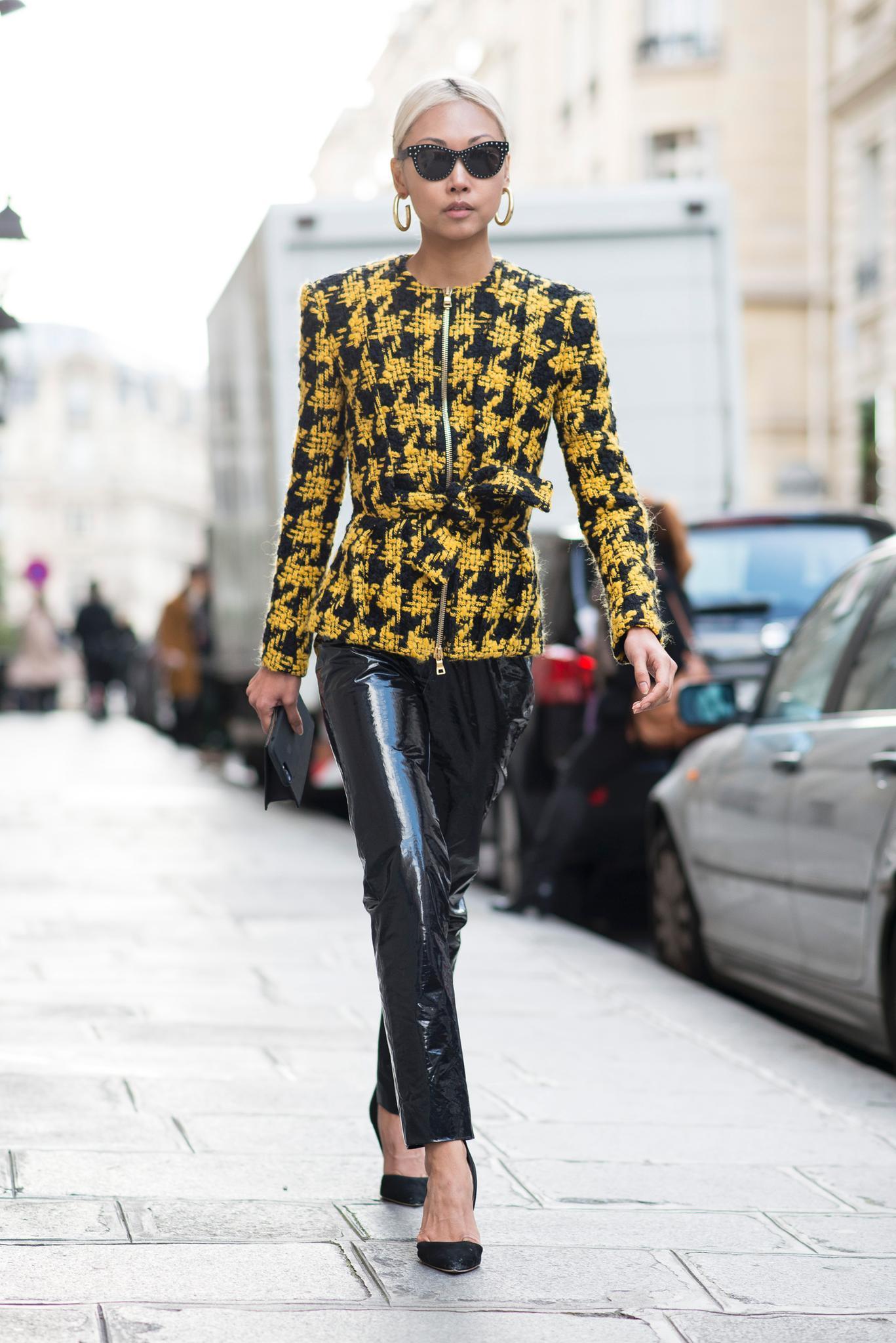 Bloggerin trägt Lacklederhose