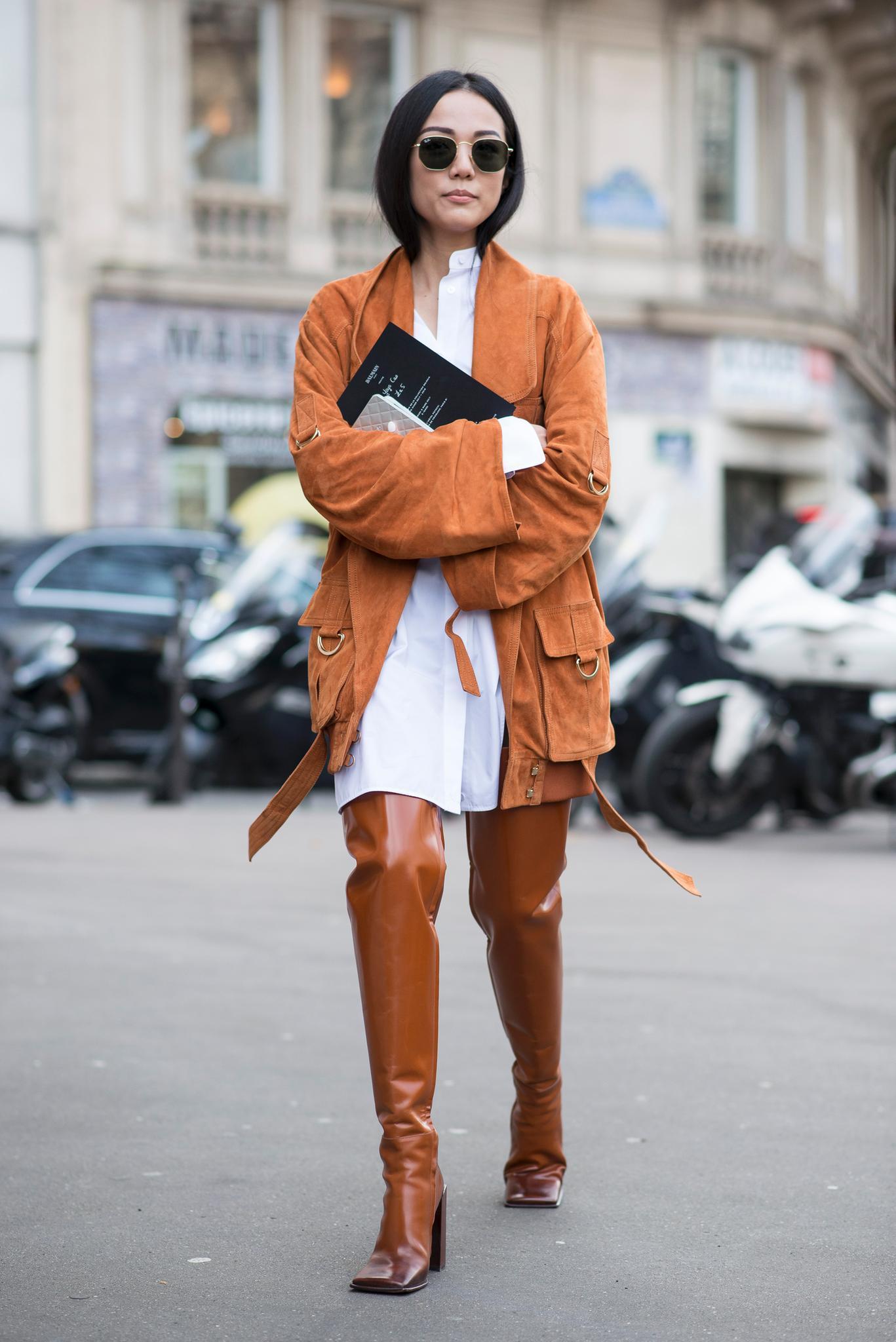 Bloggerin trägt braune Overknees