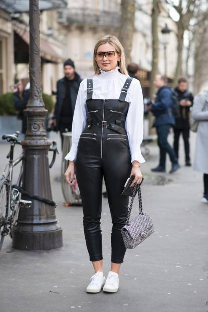 Bloggerin trägt Latzlederhose mit eleganter Bluse