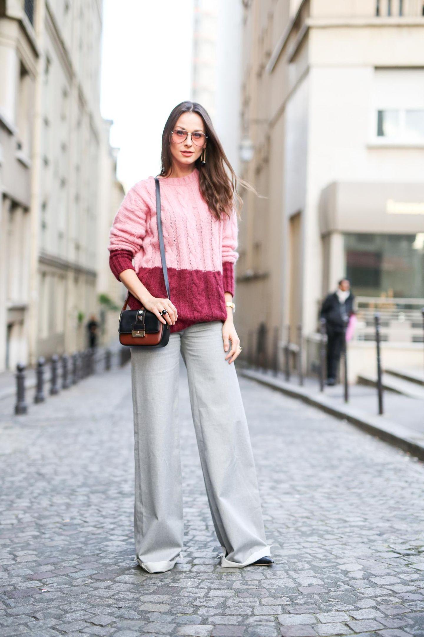Streetstyle-Bloggerin mit Pullover und weiter Hose