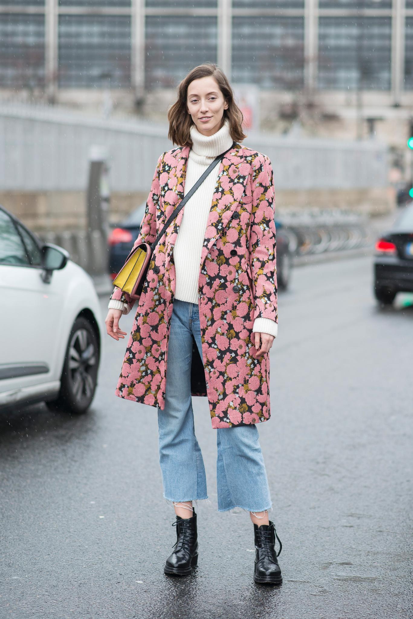 Bloggerin trägt Blumenmantel zu beigem Rolli