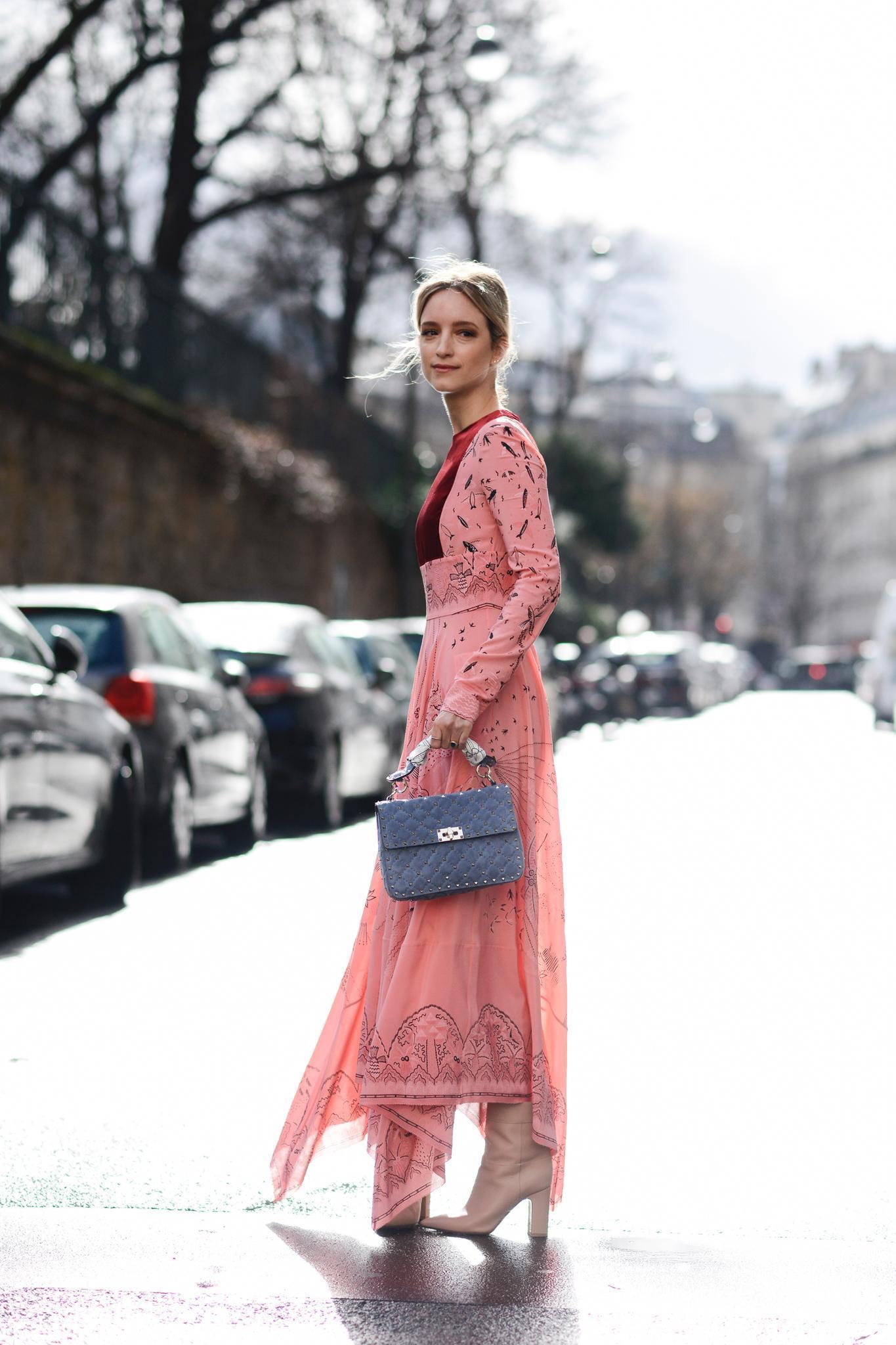 Bloggerin trägt Hippie-Kleid in Rosé zu crèmefarbene Boots