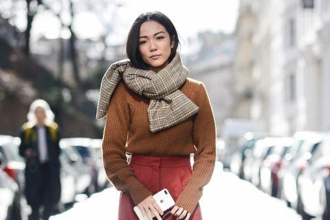 Bloggerin trägt schönes herbstliches Outfit