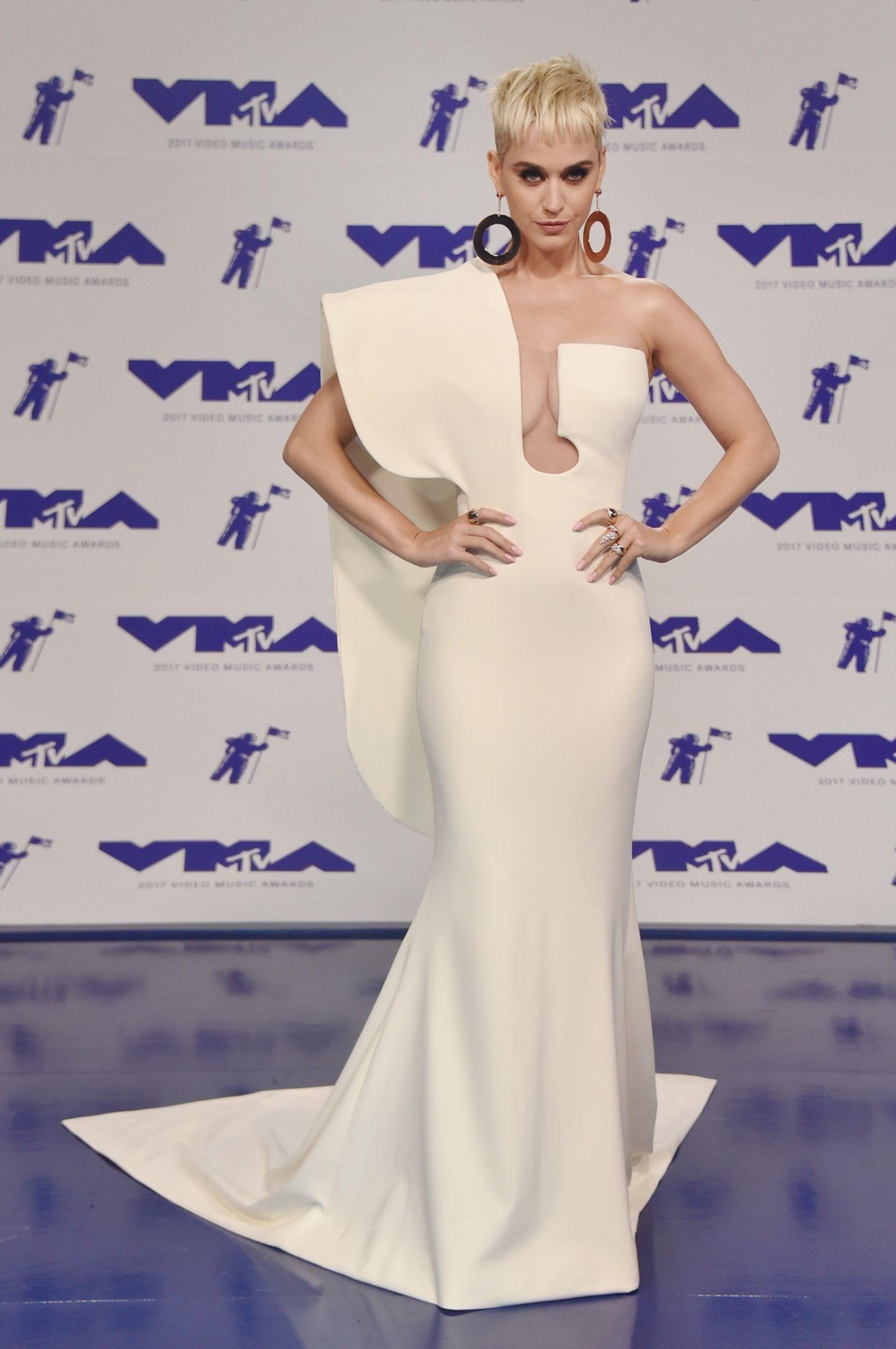 Katy Perry im weißen Kleid