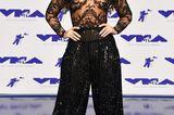 Demi Lovato in Haremshose und mit transparenten Top