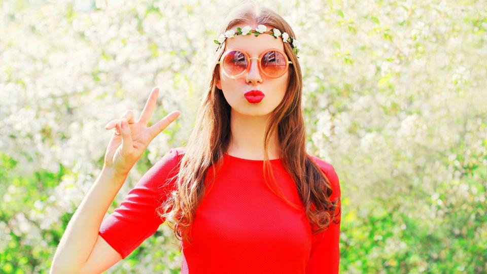 Glückliche Menschen: Frau mit Sonnenbrille