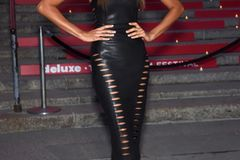 Model Joan Smalls in einem Lederkleid von House of CB