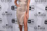 Hailey Baldwin in einem hochgeschlitzten Spaghetti-Kleid von House of CB