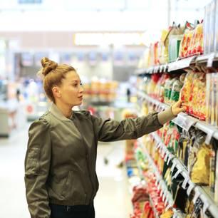 Frau kauft Gemüsechips