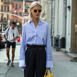 Streetstyle mit blauer Hemdbluse und Paperbag-Waist-Hose
