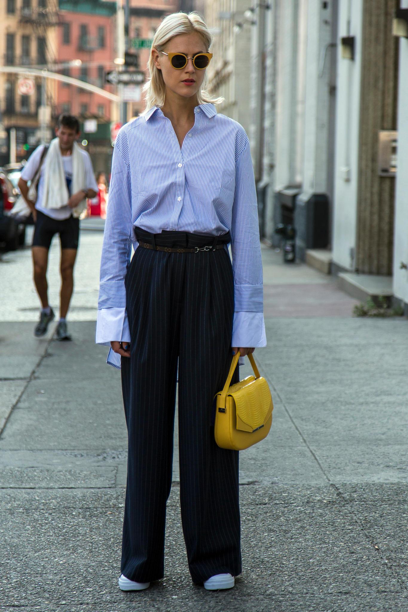 Hemdbluse an einer Frau auf der Straße