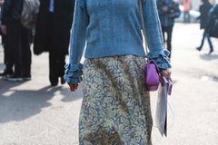 Brokat-Rock von einer Frau getragen
