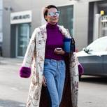 Brokat-Mantel von Frau getragen