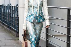 Brokat-Hosenanzug getragen von einer Frau