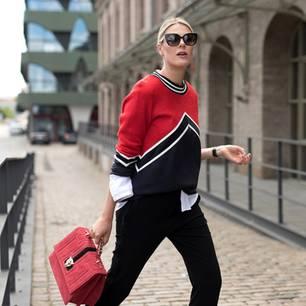 Bloggerin trägt Cashmere-Teil in Rot-schwarz